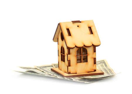 dólares y casa de madera