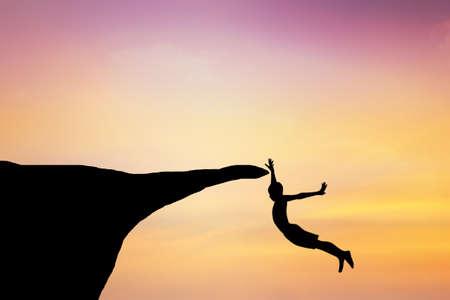 persona saltando: Los niños saltan de un acantilado