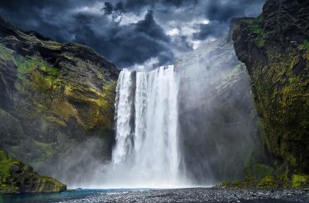 Atemberaubende Wasserfall in Island Standard-Bild - 19245267