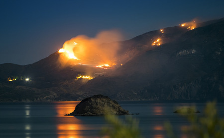 Raging Forest Fire at Night caused by extraordinary drought in Zakynthos, Greece. Standard-Bild