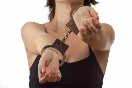 załączyć: Młoda kobieta w kajdanek bliska