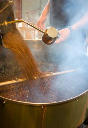 arrosto: il processo di torrefazione del caff� in una grande teglia meccanica