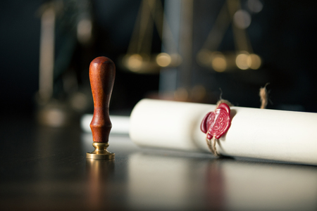 Last will and testament with wooden judge gavel document is Banque d'images - 113043962