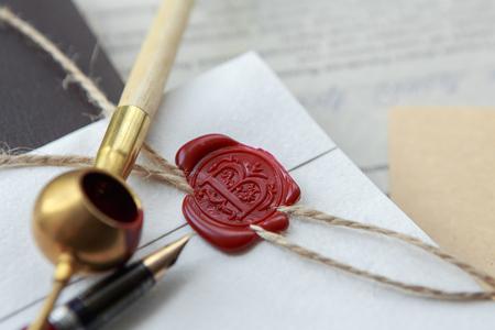 Altes notarielles Wachssiegel auf gebundener Schriftrolle, Nahaufnahme