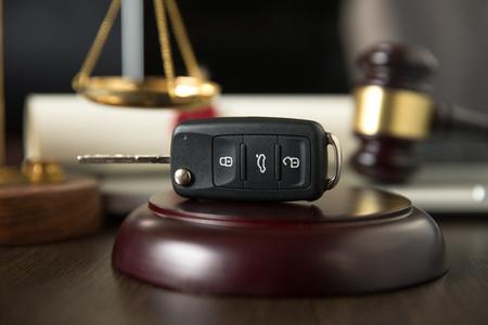 Details zum Auktionshammer, ein Autoschlüssel daneben und ein Vertrag Standard-Bild