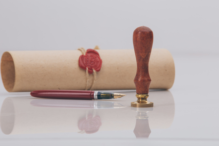 Fountain pen and old notarial wax seal on Banque d'images - 118150035