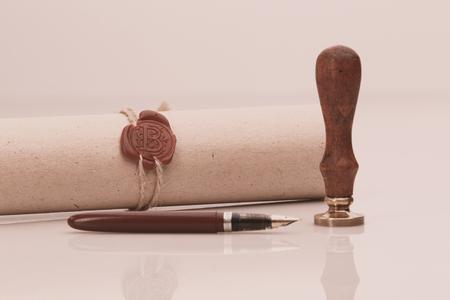 Pióro wieczne i stara notarialna pieczęć woskowa na dokumencie