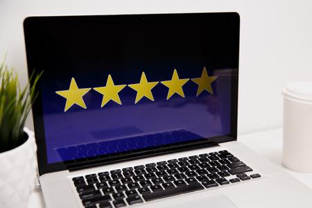 Concetto di esperienza del cliente online, valutazione dei migliori servizi eccellenti per la soddisfazione presente per mano del cliente. Archivio Fotografico