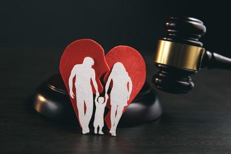 Familienfigur und Hammer auf dem Tisch. Familiengesetz Standard-Bild