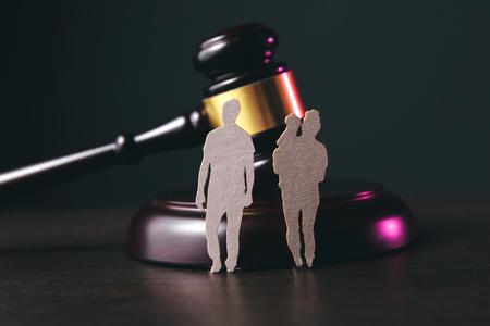 Familienfigur und Hammer auf dem Tisch. Familiengesetz