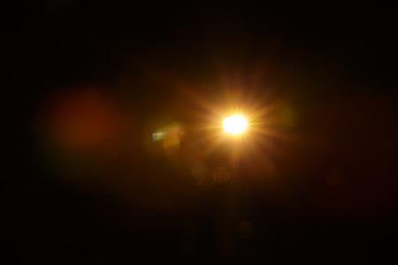 Abstrakcyjny naturalny rozbłysk słońca na czarnym tle Zdjęcie Seryjne