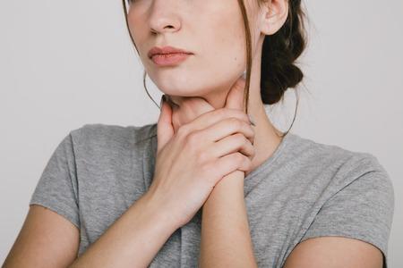 Halsschmerzen. Frau, die Hände an ihrem Hals hält Sodbrennen-Konzept. Standard-Bild
