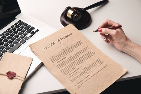 Documenti cartacei con timbro sulla scrivania. Concetto di notaio, lavoro portatile. Archivio Fotografico