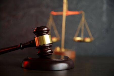 Richterhammer, Justizwaagen und Gesetzesbücher in Standard-Bild