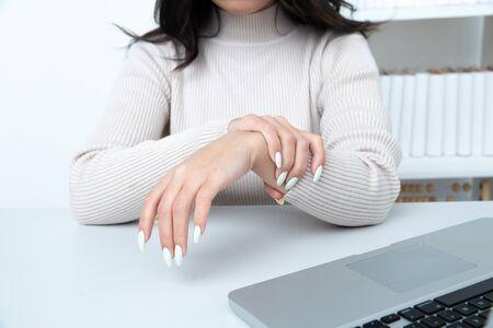 Womans hands in office. Arthritis concept. Banco de Imagens