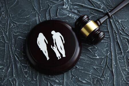 Ritaglio di famiglia e lettere colorate riguardanti la custodia dei figli e il concetto di diritto di famiglia