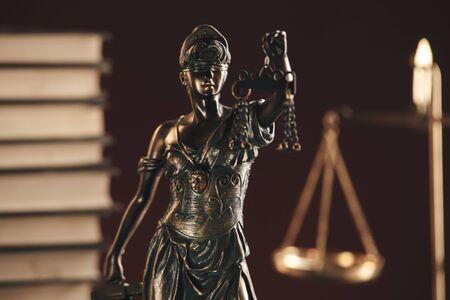 Statua bronzea di giustizia sullo scrittorio isolato. Notaio concetto.