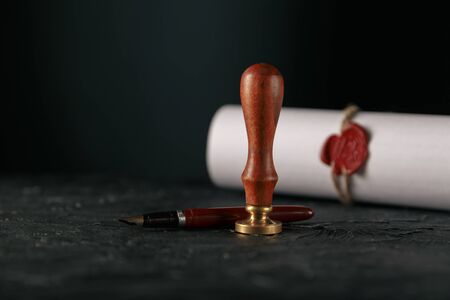 Loi, avocat, cachet de notaire et stylo sur le bureau. loi sera notaire papier avocat stylo plume sceau