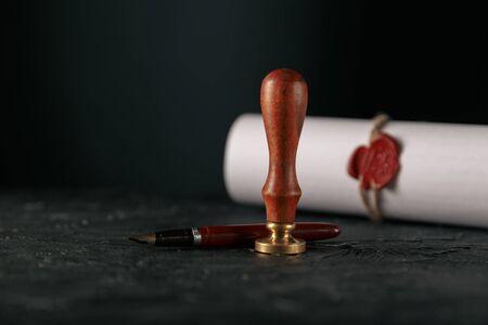 Prawo, adwokat, notariusz pieczęć i długopis na biurku. prawo wola notariusza papier prawnik wieczne pióro pieczęć