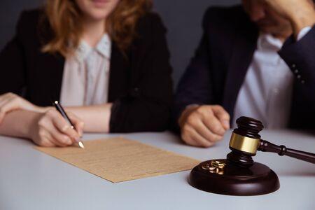 Couple en train de divorcer signer des papiers Banque d'images