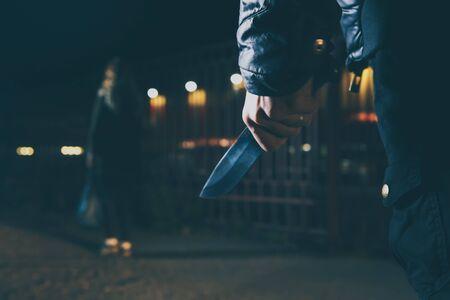 koncepcje kryminalne koncepcje rabunkowe złodziej wymierzył ostry nóż w kobietę, aby obrabować jej cenne rzeczy Zdjęcie Seryjne