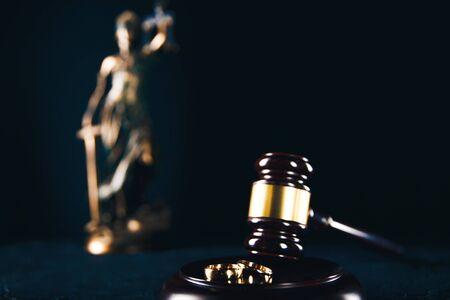 Hände der Ehefrau, des Ehemanns, der das Scheidungsurteil, die Auflösung, die Aufhebung der Ehe, die Trennungsdokumente, die Einreichung von Scheidungspapieren oder vom Anwalt vorbereiteten vorehelichen Vertrag unterzeichnet.