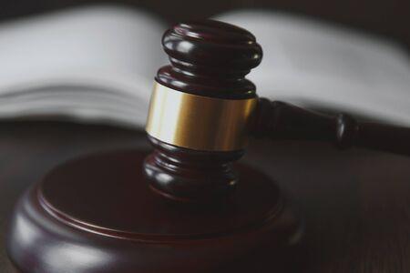 Concept de droit et de justice. Fond en bois marron