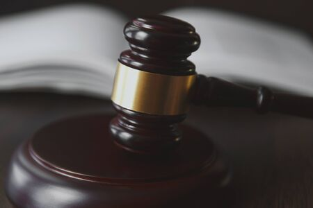 Concetto di diritto e giustizia. Sfondo in legno marrone