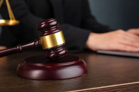 Abogado mujer de negocios que trabaja y notario firma los documentos en la oficina. abogado consultor, justicia y derecho, abogado, juez de la corte, concepto