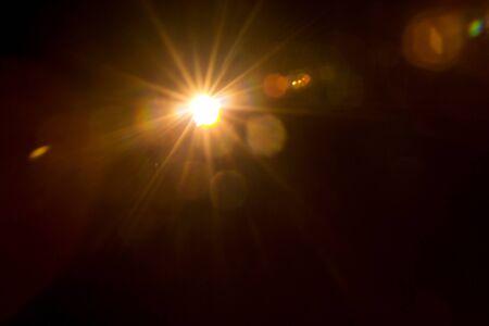 Fusée naturelle abstraite du soleil sur le fond noir.