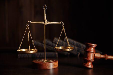 Notion de droit. Marteau des juges dans la bibliothèque de la salle d'audience Banque d'images