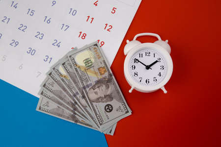 Tax payment season and finance debt collection deadline concept. Money banknotes, calendar and white clock Banque d'images