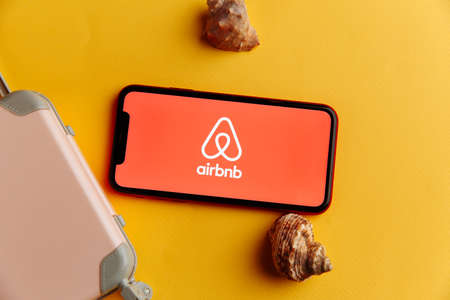Tula, Russia - October 18, 2020: Airbnb logo on iPhone display 版權商用圖片 - 159001696