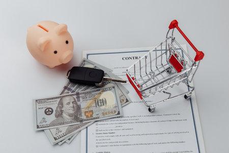 Car keys, dollar banknotes and piggy bank on credit contract 版權商用圖片 - 162029159