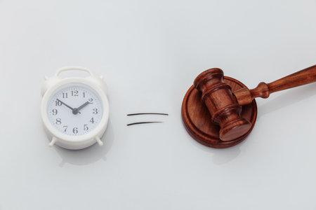 Wooden gavel and alarm clock 版權商用圖片 - 162029171