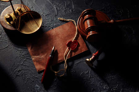 Scales of justice, envelope and wooden judges gavel. Law and justice concept. Notary public tools 版權商用圖片 - 162029210