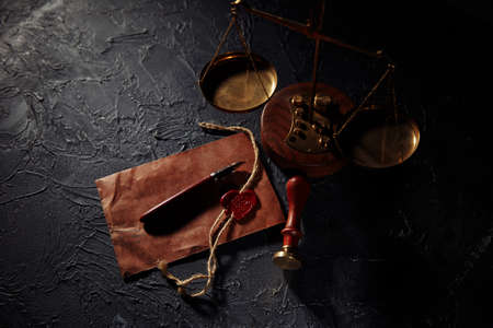 Scales of justice, brown envelope and wooden stamp. Law and justice concept. Notary public tools 版權商用圖片 - 162029211