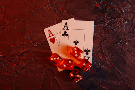 Online gambling theme. Aces and five red dices 版權商用圖片 - 162029275