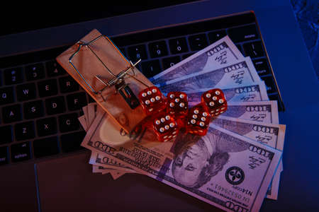 Mousetrap on dollar banknotes and casino dices. Onine gambling addiction 版權商用圖片