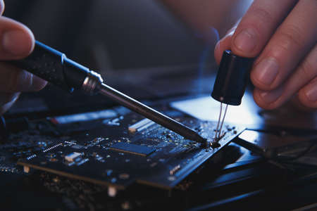 PC technology .Computer repair shop. Engineer performing laptop maintenance. Hardware developer fixing electronic components. 版權商用圖片 - 162029398