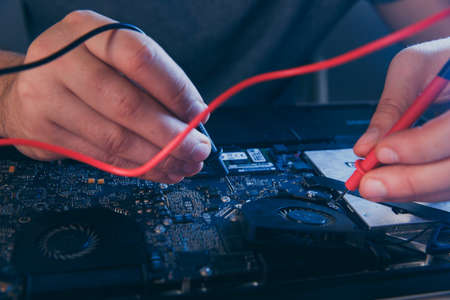 PC technology .Computer repair shop. Engineer performing laptop maintenance. Hardware developer fixing electronic components. 版權商用圖片 - 162029395