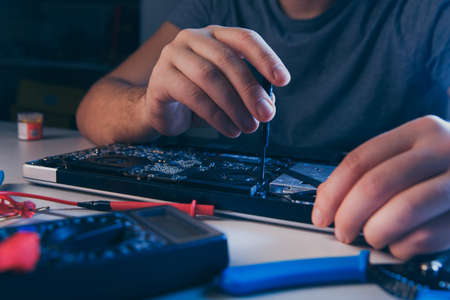 PC technology .Computer repair shop. Engineer performing laptop maintenance. Hardware developer fixing electronic components. 版權商用圖片 - 162029401