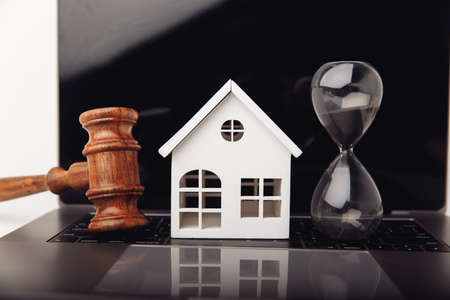 House and hourglass. Loans for real estate or buy a new house in the future Zdjęcie Seryjne