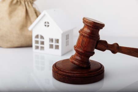 Real estate sale auction concept. Gavel and house model Zdjęcie Seryjne