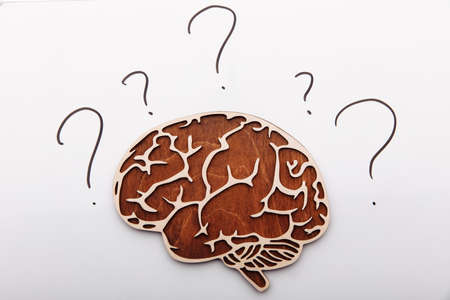 Wooden brain with question signs 版權商用圖片
