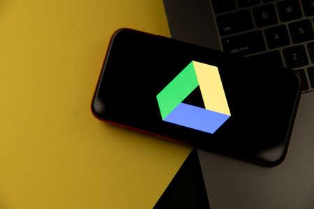 Tula, Russia - April 08, 2021: Google Drive logo on iPhone display 新聞圖片