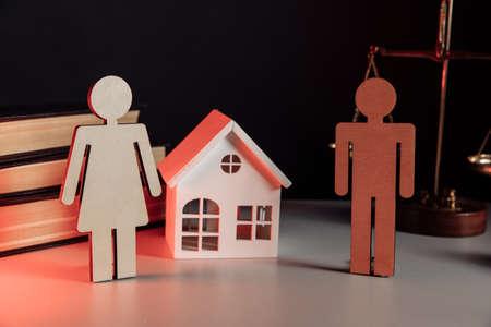 Divorced couple and house 版權商用圖片
