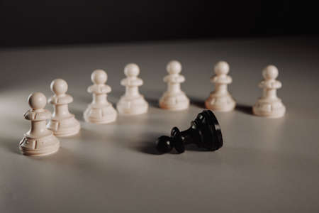 Leadership concept, pawn of chess standing out from the crowd of white 版權商用圖片