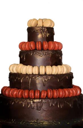 fondo chocolate: Macarrones franceses en un fondo de chocolate Foto de archivo