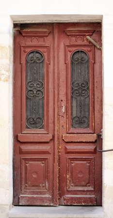 puertas de madera: Excelentes puertas de madera marrones viejos Foto de archivo